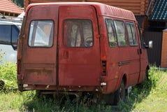 Jeden stary czerwony minibus stoi w ulicie zdjęcia royalty free
