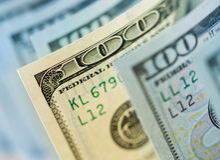 Jeden stary typ sto dolarów banknotów wśród nowych Obrazy Royalty Free
