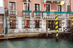 Jeden starzy domy na kanał grande, Wenecja, Włochy zdjęcie stock