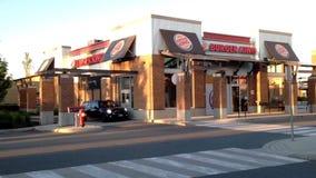 Jeden strona Burger King przejażdżka, dzwi wejściowy i