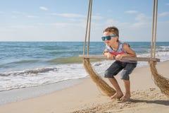 Jeden szczęśliwa chłopiec bawić się na plaży przy dnia czasem Obrazy Stock