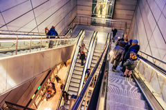 Jeden Tagesleute benutzen Rolltreppen in Kopenhagen, Dänemark, um zur Bahnstation unten zu gehen Stockfotografie