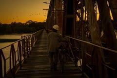 Jeden Tagestausende von leuten kreuzen die Brücke über San Francisco-Fluss, zwischen Pirapora und Buritizeiro, in Minas Gerais, B stockfotografie