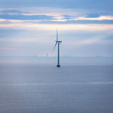 Jeden turbina na morzu wiatrowy gospodarstwo rolne w ranku Zdjęcie Royalty Free