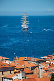 Jeden wielki żeglowanie statek zakotwiczał w otwartym morzu blisko starego miasta Piran Obraz Royalty Free