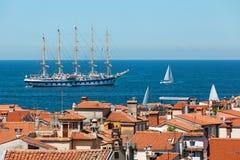 Jeden wielki żeglowanie statek zakotwiczał w otwartym morzu blisko starego miasta Piran Zdjęcia Royalty Free