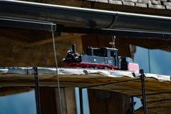 Jeden zabawkarska parowa lokomotywa na drewnianym moscie, zdjęcie royalty free