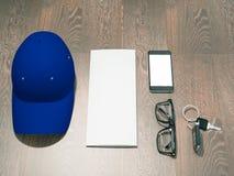 Jeder Tag führen Manneinzelteilsammlung: Gläser, Kappe, Schlüssel Stockfotos