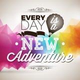 Jeder Tag ist ein neues Abenteuerinspirationszitat auf abstraktem Farbe-triange Hintergrund Stockbild