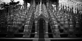 500 Jedi dorato a Watpa Sawangboon in Saraburi, Tailandia Fotografia Stock