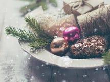 Jedlinowe gałąź, Bożenarodzeniowe dekoracje i śnieg, ornamentu geometryczne tła księgi stary rocznik Zdjęcie Royalty Free