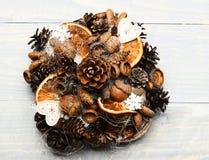 Jedlinowego drzewa rożki, dokrętki, acorns i susi cytrusy w składzie, zdjęcia stock
