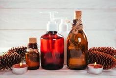 Jedlinowy drzewo i rożków organicznie oleje z świeczkami Organicznie kosmetyka pojęcie Zdjęcie Royalty Free