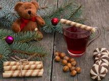 Jedliny gałąź, zabawka niedźwiedź, herbata, pieczenie i nutlets, Obrazy Royalty Free