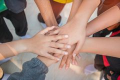 Jedność i pracy zespołowej pojęcie: Grupa przyjaciel ręki wpólnie Odgórny widok Azjatyccy młodzi ludzie stawia ich rękę wpólnie j obrazy royalty free