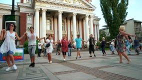 Jedność naród, grupa ludzi taniec w okręgu z flaga państowowa, krajowy flaf og Bulgaria zbiory