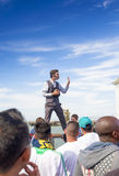 jednoczący stany, Lipiec 13, 2014: Pozytywny Kaukaski Męski Uliczny artysta Wykonuje Outdoors Zdjęcie Stock