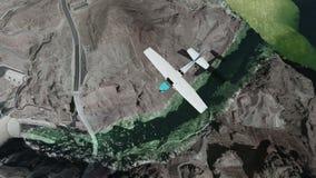 Jednosilnikowy samolot i latanie nad tamą przy światłem dziennym zbiory