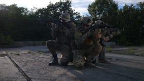 Jednostek specjalnych żołnierz piechoty morskiej w defensywnej pozycji zbiory