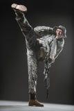 Jednostka specjalna żołnierza mężczyzna z Maszynowym pistoletem na ciemnym tle Zdjęcia Stock