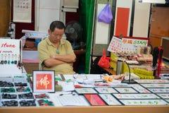 Jednostka stempluje odpoczynkowego sprzedawcy na jego sklepie Zdjęcie Royalty Free