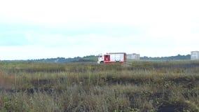 Jednostka straży pożarnej w samochodzie strażackim jedzie ogienia zbiory wideo