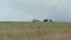 Jednostka straży pożarnej w samochodzie strażackim jedzie ogienia zdjęcie wideo