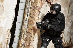 Jednostki specjalne zbroić z maszynowym pistoletem przygotowywającym atakować Obrazy Stock