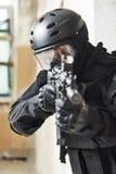 Jednostki specjalne zbroić z maszynowym pistoletem przygotowywającym atakować Zdjęcie Stock