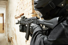 Jednostki specjalne zbroić z maszynowym pistoletem przygotowywającym atakować Fotografia Royalty Free