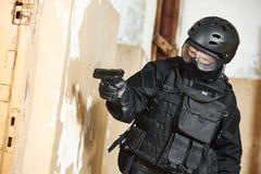Jednostki specjalne zbroić z pistoletowym przygotowywającym atak Obrazy Royalty Free