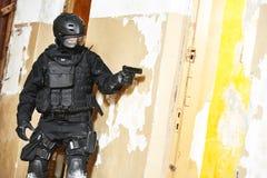 Jednostki specjalne zbroić z pistoletowym przygotowywającym atak Fotografia Stock