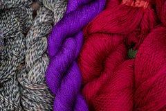 Jedwabnicza niciana tekstylna zbliżenie fotografia dla tła Kolorowy płótno przekręcający Jedwabnicza tekstylna tekstura Obraz Royalty Free
