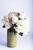 Jedwabnicze róże i hortensja w wazie Zdjęcia Royalty Free