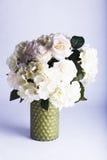 Jedwabnicze róże i hortensja w wazie Obrazy Stock