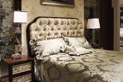 Jedwabniczy łóżkowi prześcieradła, poduszek skrzynki, delikatny wezgłowie stół i biurko lampa, obraz royalty free
