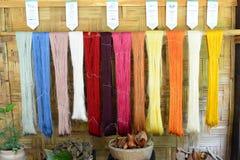 Jedwabniczy barwiarstwo przykłady w tekstylnej fabryce Luang Prabang Laos Zdjęcie Royalty Free