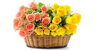 Jedwabniczy czerwieni i koloru żółtego kwiaty w koszu odizolowywającym na białym backgrou Zdjęcie Stock