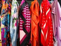 Jedwabniczy scarves kolorowi dla kobiet zdjęcia stock