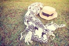 Jedwabniczy szalik i kapelusz na gazonie kobiety akcesoryjnej odizolowanych okulary przeciwsłoneczne białe Obraz Royalty Free