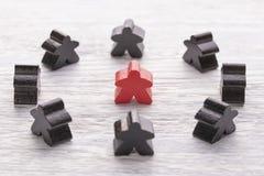 Jedyność, indywidualność i różnica, Czerwona drewniana postać w tłumu różny kolor obrazy stock