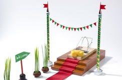 Jedyny bezpłatny ser jest w mousetrap: mousetrap z serowym entrapment pojęciem, metą na odosobnionym białym backgroun i zdjęcie royalty free