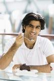 jedząc człowieka kawiarni ciasto young Obrazy Royalty Free