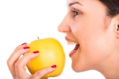 jedząc jabłkowy kobiety odizolowanych young obrazy royalty free
