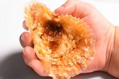 Jedzący cheesecake w child& x27; s ręka Fotografia Stock