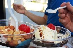 Jedzący marznących custard sundaes outside obrazy royalty free
