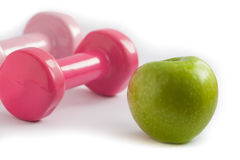 Jedzenia i ćwiczenia pojęcia jabłko i ciężary Zdjęcie Royalty Free