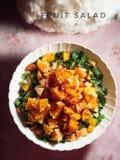 jedzenia winogron owocowy pomara?czy wegetarianin porcelanowa sa?atk? fotografia stock