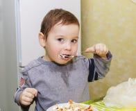 Jedzenie, chłopiec, dziecko, je, wychowanie, w domu, dzieciństwo zdjęcia stock