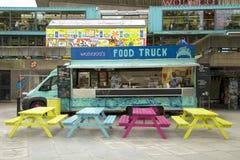 Jedzenie ciężarówka z stołami zdjęcia stock